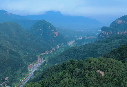 峽谷峭壁,蓮花岩景蒼翠欲滴