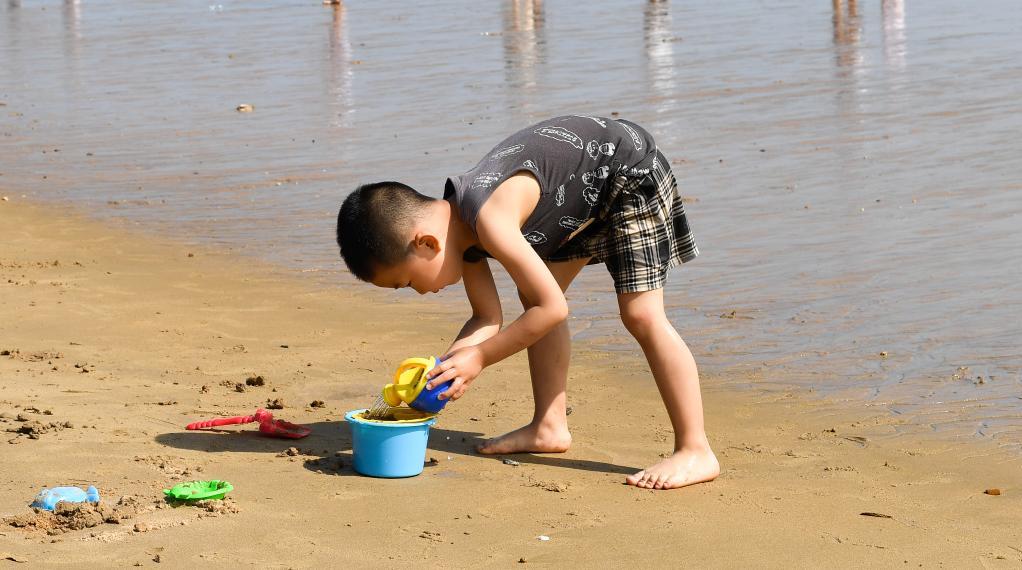 海口:玩沙戲水享假期