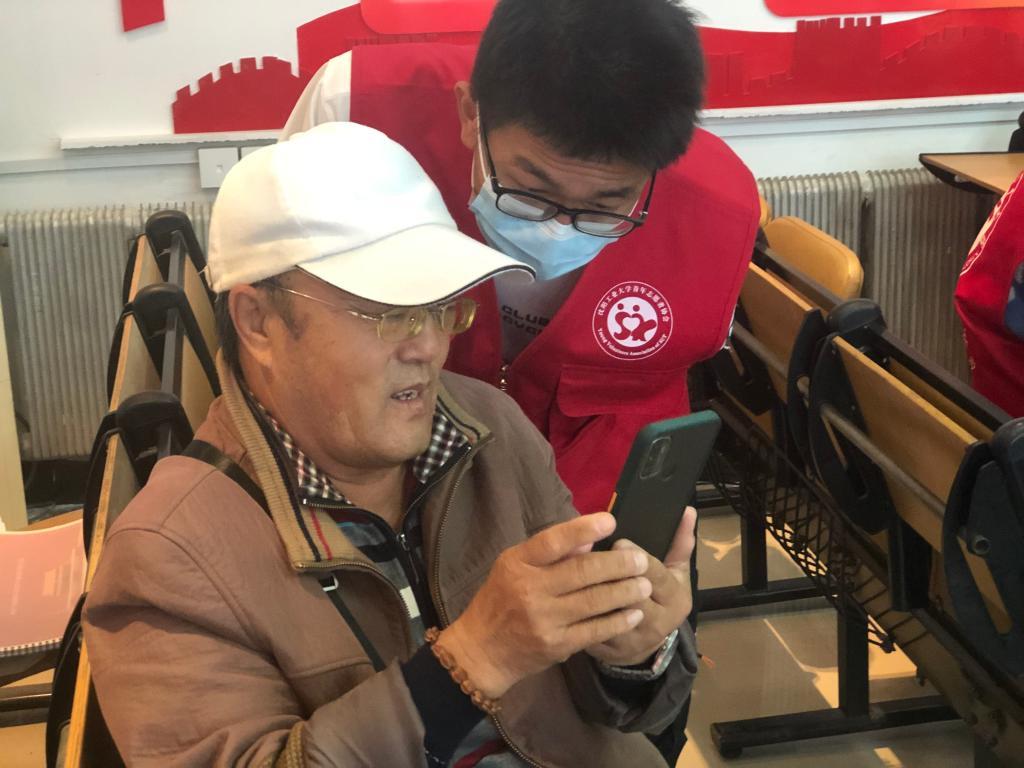 """沈阳:社区志愿活动帮老年人跨过数字时代""""鸿沟"""""""